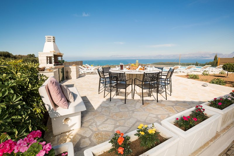 Vasilika Peritheias Villa Sleeps 10 with Pool Air Con and WiFi - 5834777, vacation rental in Peroulion