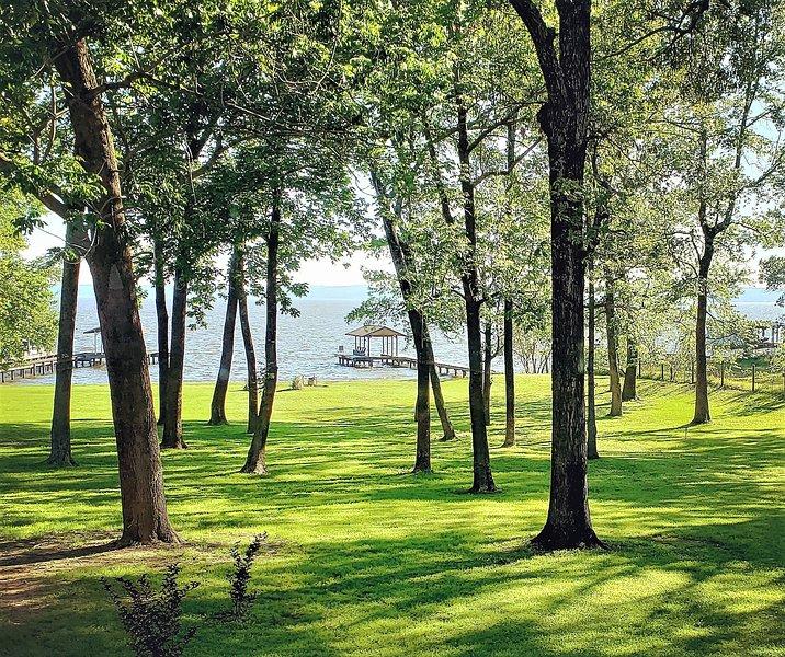 Peaceful waterfront retreat, location de vacances à Flint