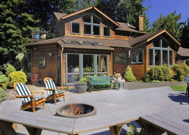 Raven Ridge Retreat - Redwoods, Hot Tub & Firepit!, holiday rental in Orick