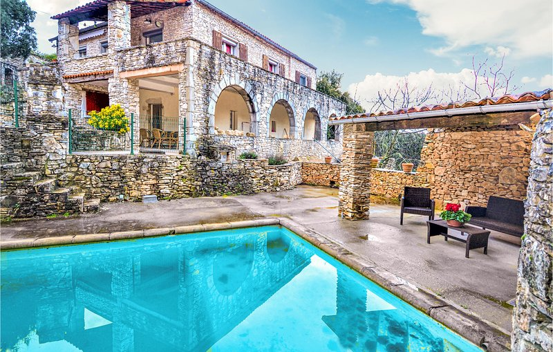 Amazing home in Bourg saint Andeol with Outdoor swimming pool, WiFi and 2 Bedroo, holiday rental in Gras