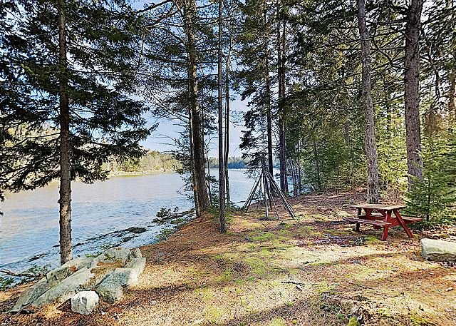 New Listing! The Chocolate Moose: Waterfront Retreat w/ Porch & Views, holiday rental in Sullivan