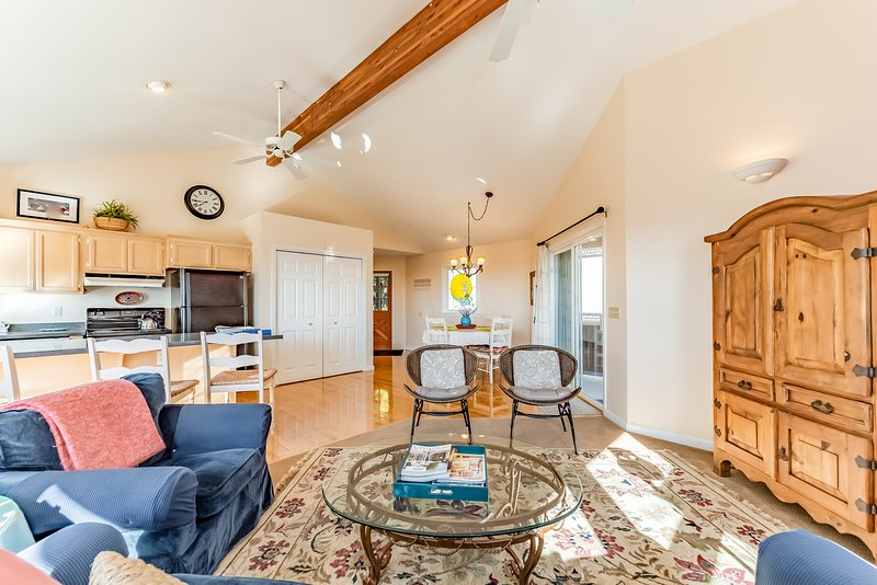 Inviting home next to Arcata's Redwood Forest w/ panoramic views of the bay, vacation rental in Arcata