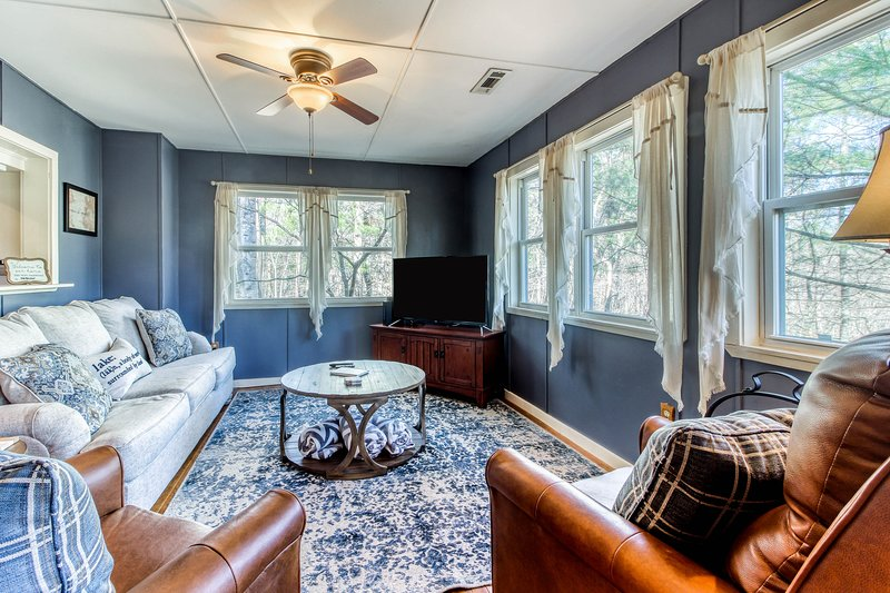 Dreamy, dog-friendly home w/private gas grill, forest views, and carriage house!, holiday rental in Lakemont