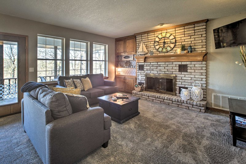 Spacious Home on Beaver Lake w/ Deck & Fire Pit!, holiday rental in Rogers