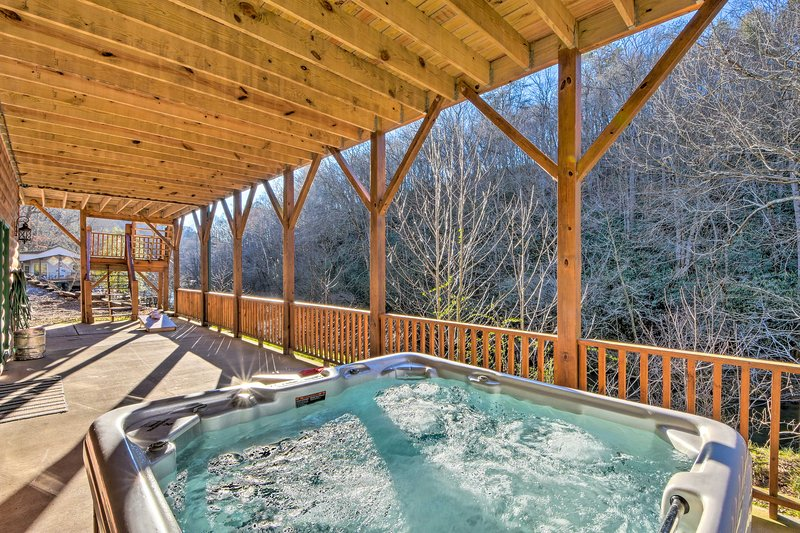 Avalon Woods Riverfront Retreat: Walk to Waterfall, holiday rental in Marble