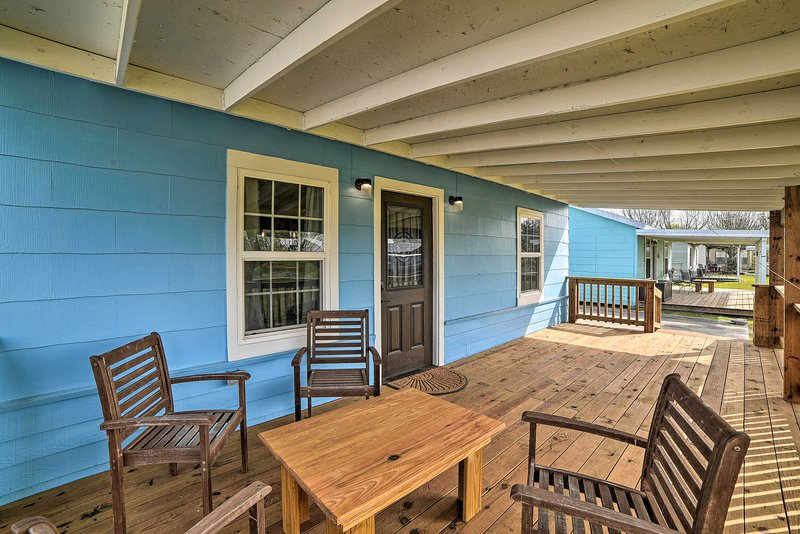 NEW! Seadrift Cottage with Deck - 5 Blocks to Bay!, casa vacanza a Port Lavaca