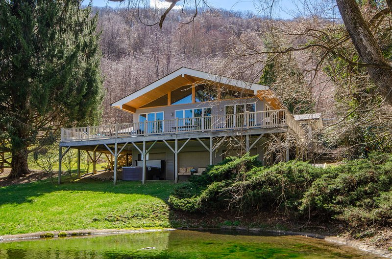 NEW! Smoky Mountain Escape w/ Hot Tub & Game Room!, holiday rental in Balsam