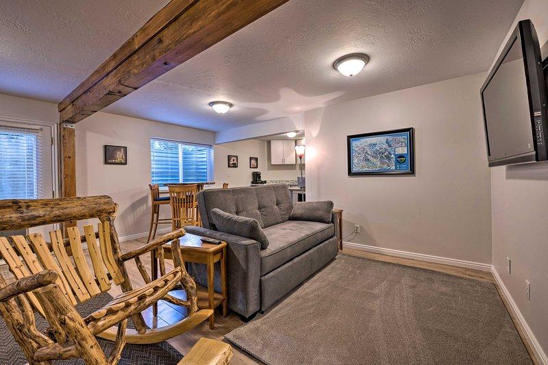 NEW! Updated Home w/ Mtn Views + 8 Mi to Snowbird!, alquiler vacacional en Cottonwood Heights