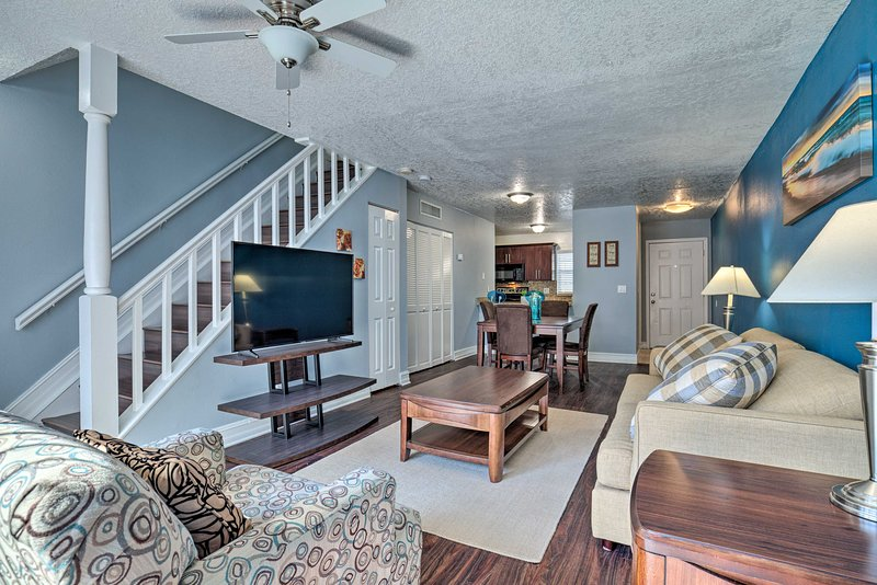 NEW! Ideally Located Tampa Townhome w/ Shared Pool, holiday rental in Temple Terrace