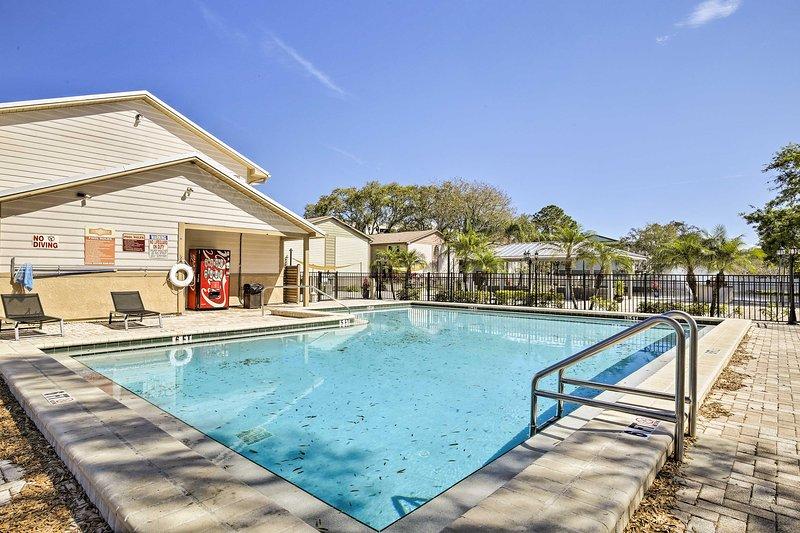 Broncéate en la piscina al aire libre o dirígete a las atracciones cercanas.