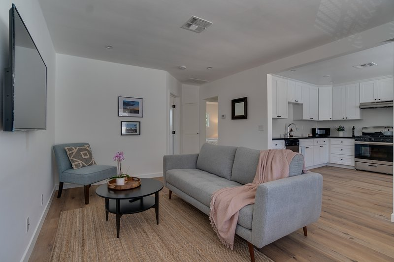 Newly Remodeled Pasadena Apartment, near the Rose Bowl and Old Town Pasadena, vacation rental in Altadena