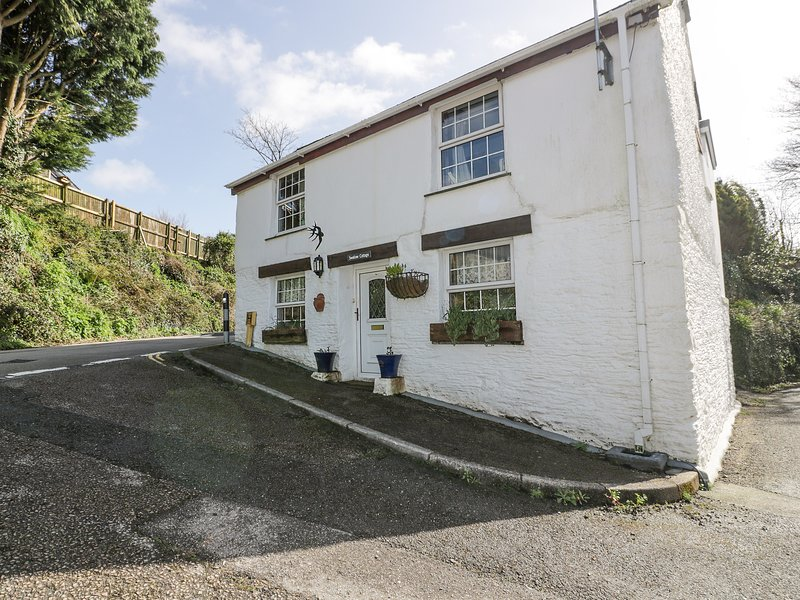 SWALLOW COTTAGE, pet-friendly, detached cottage, WiFi, garden, close to, vacation rental in Tresillian