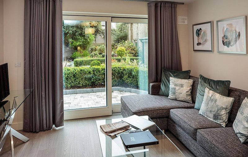 WALK TO CITY CENTER-BALLSBRIDGE 1BR-1BA APT, vacation rental in Howth