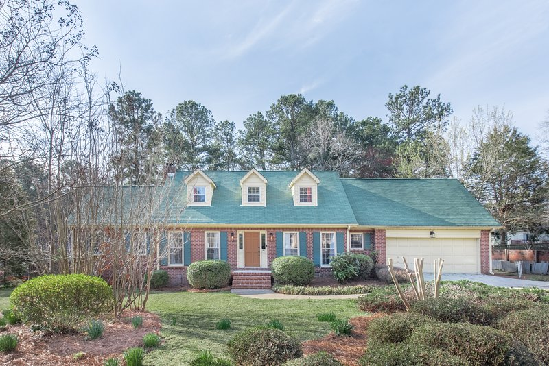 Stunning Spacious  Farmhouse Near Atlanta ·10 Beds, location de vacances à Jonesboro
