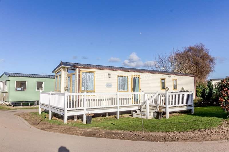 Superb caravan with decking, perfect for a seaside break in Norfolk ref 70701C, holiday rental in Gorleston-on-Sea