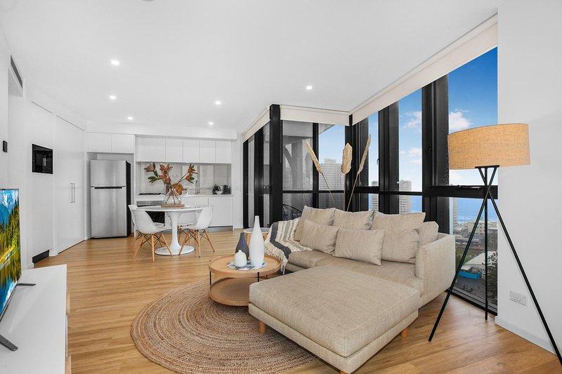 Roomy Apartment with Balcony, Parking, Ocean Views, alquiler vacacional en Main Beach