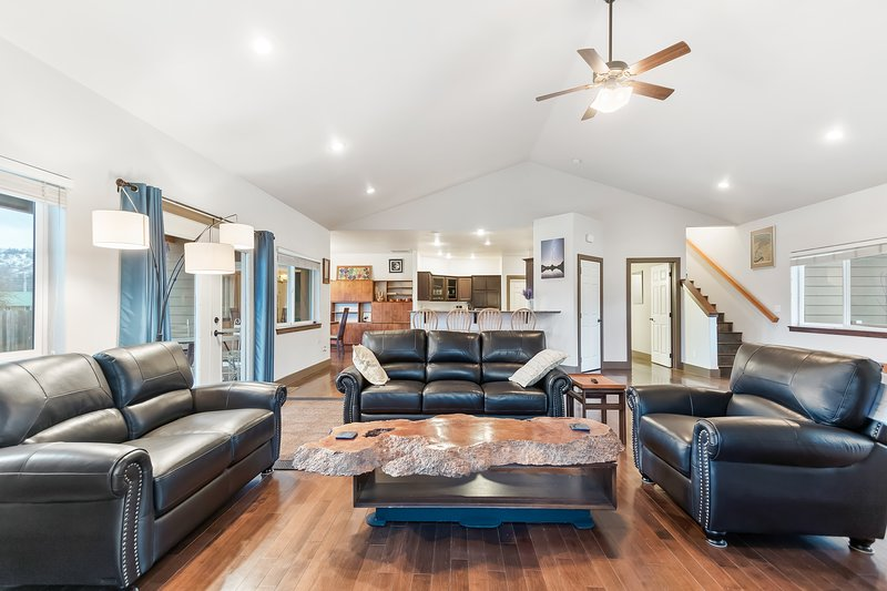 Dog-friendly home w/ deck, fenced yard, & firepit - walk to Lake Pend Orielle!, holiday rental in Newport