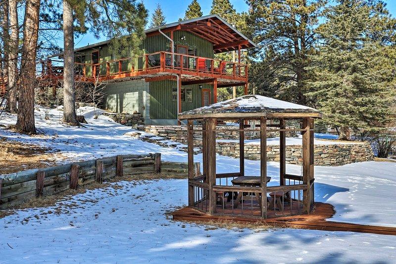 NEW! Tranquil Retreat on Creek w/ Deck on 30 Acres, aluguéis de temporada em Silver City