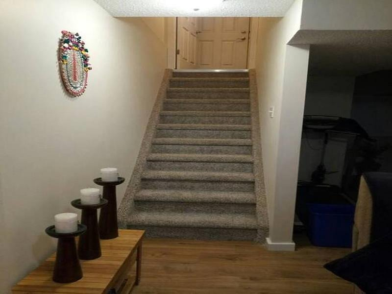 Beautiful Furnished Basement Suite In Airdrie, alquiler de vacaciones en Airdrie