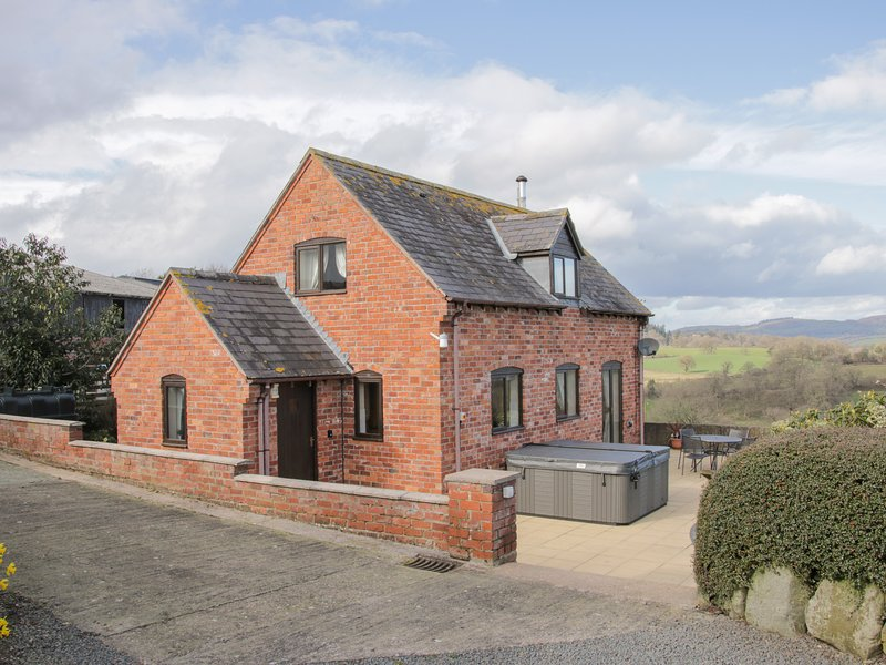 WAGGONERS COTTAGE, hot tub with views, Garthmyl, vacation rental in Kerry