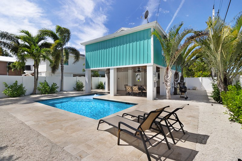 New listing! Pet-friendly home with private pool, short walk to the beach, holiday rental in Anna Maria Island
