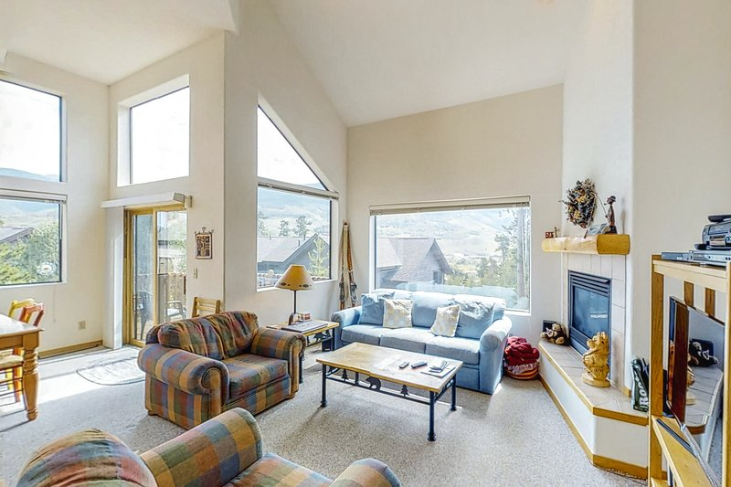 Spacious & inviting mountain home w/ views, on-site golf, skiing, & more!, location de vacances à Silverthorne