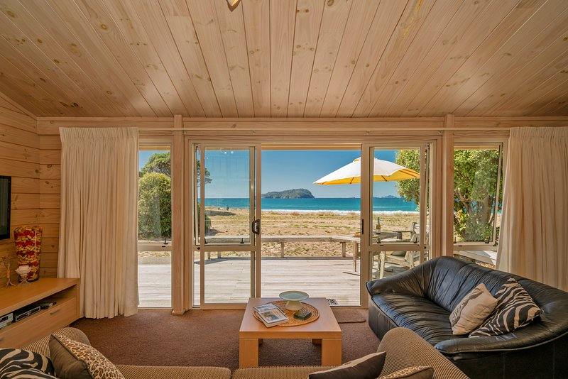 Sunshine Beachfront Bach - Pauanui Holiday Home, Pauanui, vacation rental in Thames