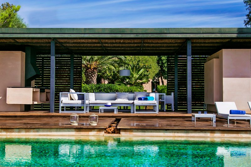 FABULOUS DESIGN VILLA NEAR PALMA WITH AN AMAZING PORCH, INFINITY POOL AND BBQ., holiday rental in Palma de Mallorca