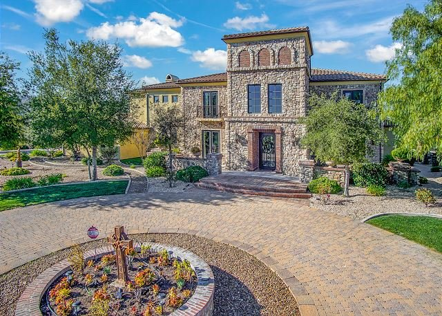 Stunning 5,000 Square Foot Wine Country Villa on 3.5 Acres with Pool & Spa, location de vacances à Canyon Lake