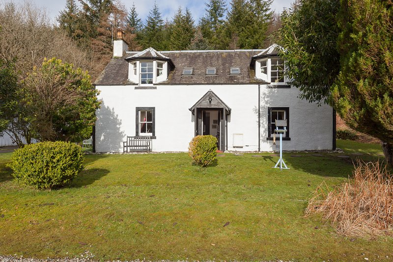 Spacious, characterful property on a beautiful estate with large garden & views, location de vacances à Comrie