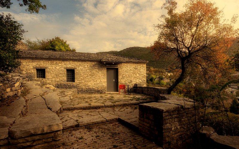 VILLA ZAGORI / THE MAROON STUDIO, holiday rental in Aristi