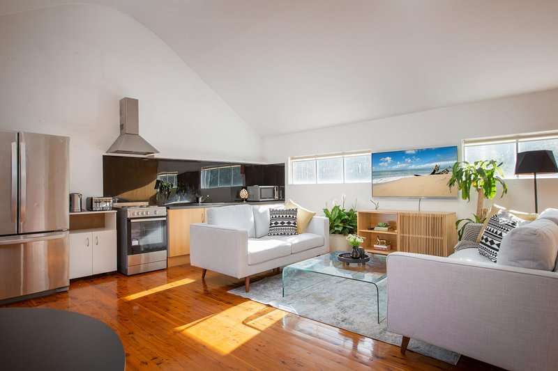 Sunlit Two-Bedroom Unit With Sprawling BBQ Deck, holiday rental in Summer Hill