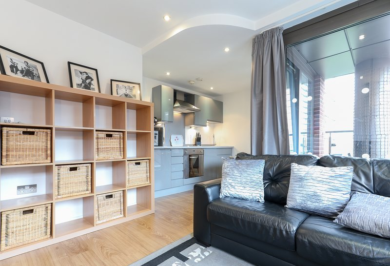 Chic Central Apartment With Balcony, holiday rental in Leeds