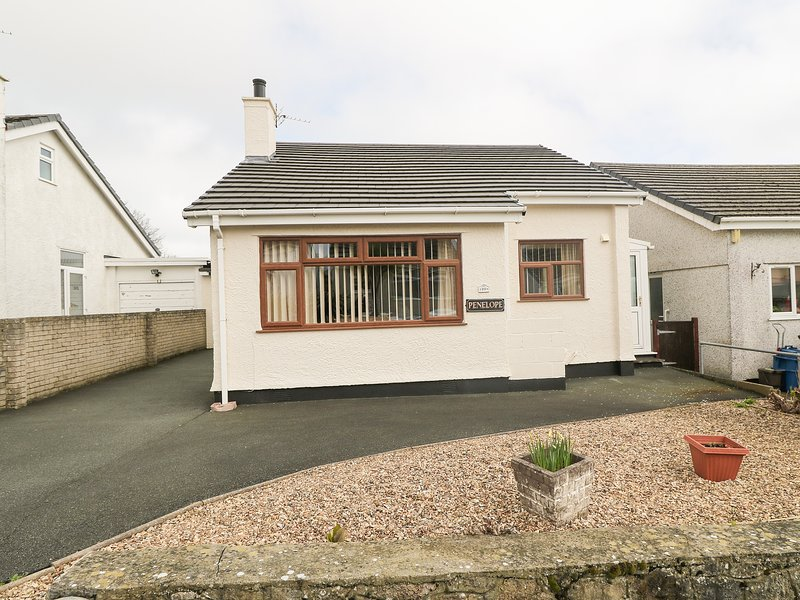 PENELOPE all ground floor, family-friendly near to beach in Benllech Ref 12974, vacation rental in Brynteg