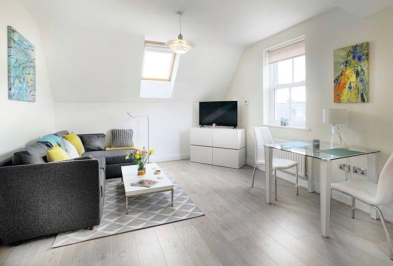 New Property - Stylish, light, airy modern apartment 5 mins walk from Windsor, location de vacances à Egham