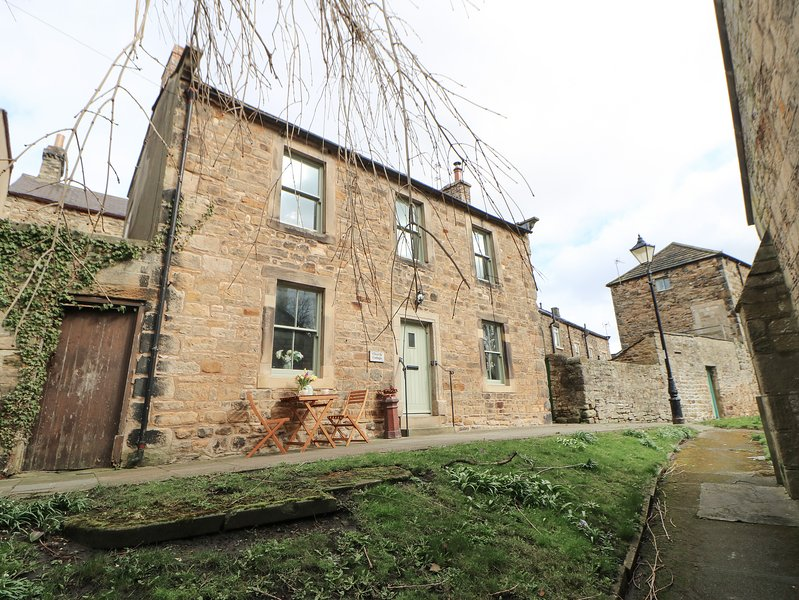 CHURCH COTTAGE, Grade II listed, woodburning stove, WiFi, pet-friendly, in, holiday rental in Barnard Castle