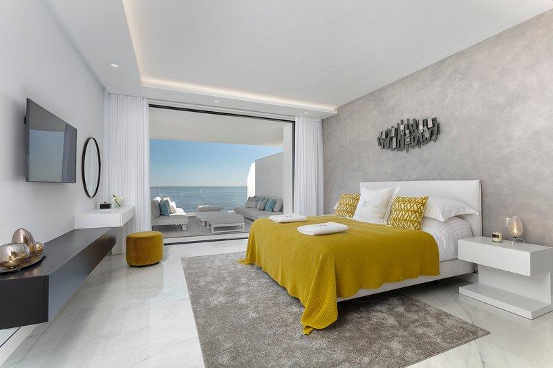 Ultimate Beachfront Rental INFINITY SUNRISE RDR154, vacation rental in Cancelada