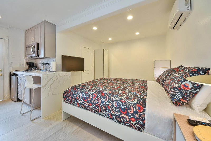 Contemporary Studio w/ Toto, Parking, & AC, holiday rental in Santa Ana