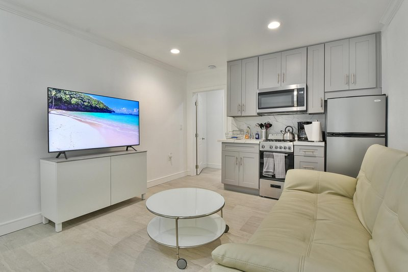 Newly Renovated Modern Apartment w/ AC & Parking, holiday rental in Santa Ana
