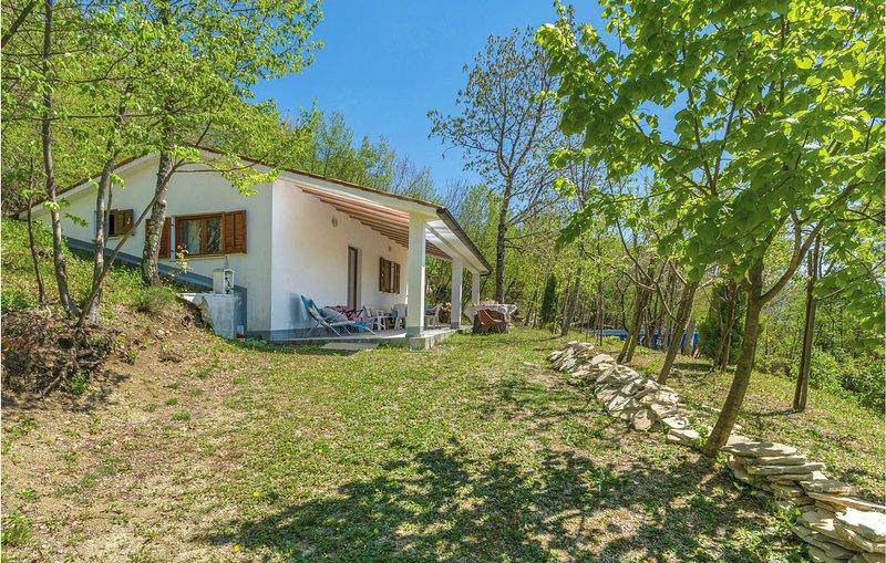 Beautiful home in Dolenja Vas with WiFi and 2 Bedrooms (CIC499), aluguéis de temporada em Hum
