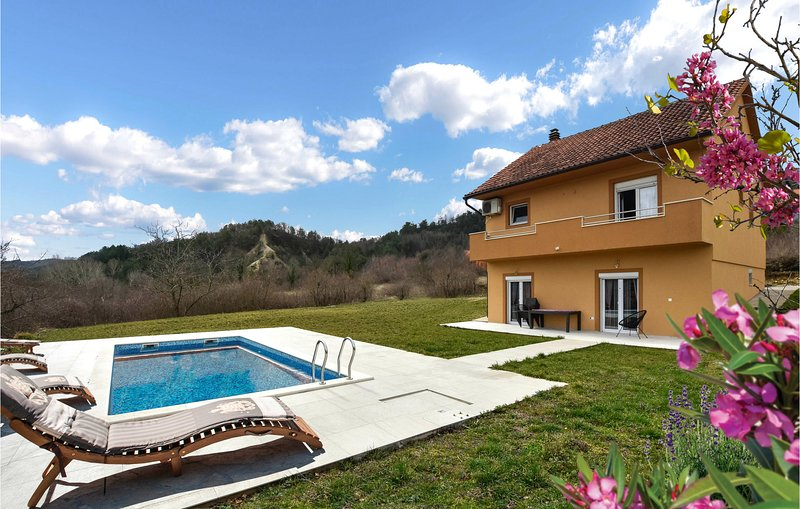Stunning home in Trilj with Outdoor swimming pool, WiFi and 4 Bedrooms (CDC298), casa vacanza a Trilj