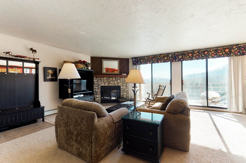 Modern condo with mountain views, shared hot tub, sauna & pool, hiking & skiing!, vacation rental in Wildernest