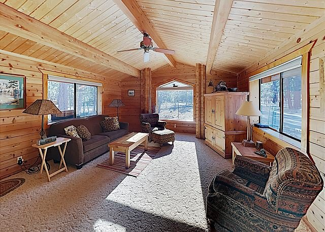 New Listing! Woodsy Home w/ Private Hot Tub & Treehouse -- Near Pool, holiday rental in Central Oregon