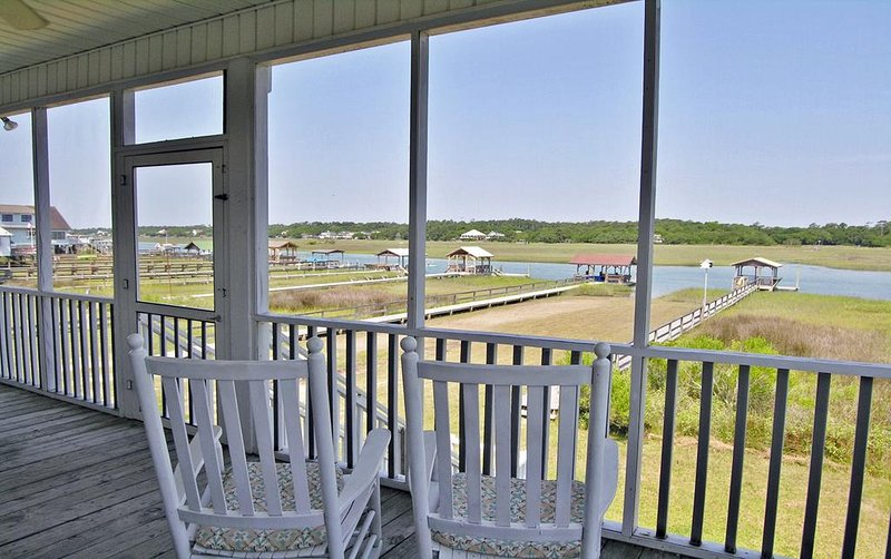 Creek Front House, Private Deep Water Dock, Easy Walk to Beach, 3 Screen Porches, alquiler de vacaciones en Pawleys Island