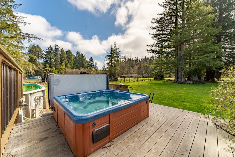 Comfortable and spacious home with a deck, private hot tub & summertime pool!, location de vacances à McKinleyville