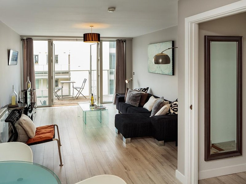 LUXURY 2BR-1.5BA APT IN DUBLIN-4 WITH BALCONY!!, vacation rental in Howth