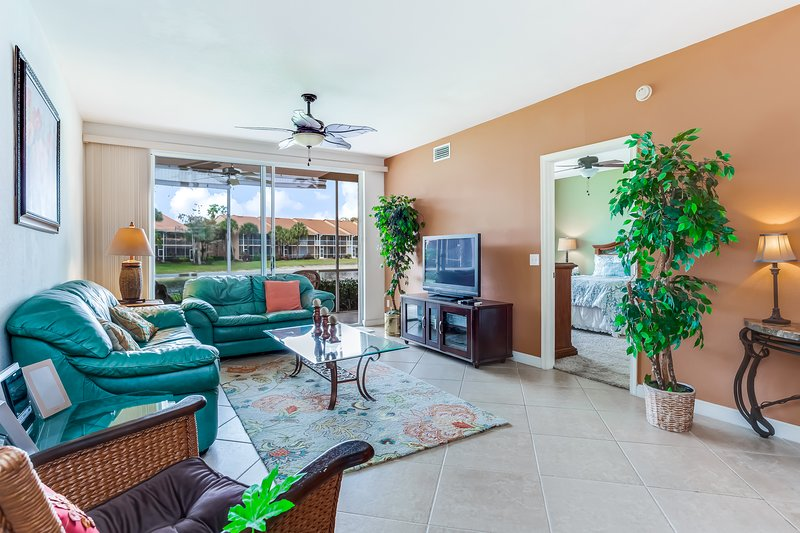 Gorgeous condo in gated community near the heart of Naples w/ shared pool & more, vacation rental in Golden Gate