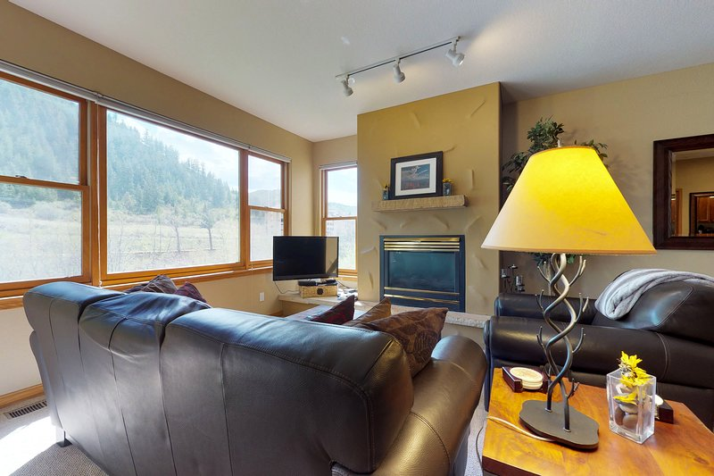 Waterfront townhome w/ shared hot tub & balcony- walk to the slopes!, location de vacances à Avon