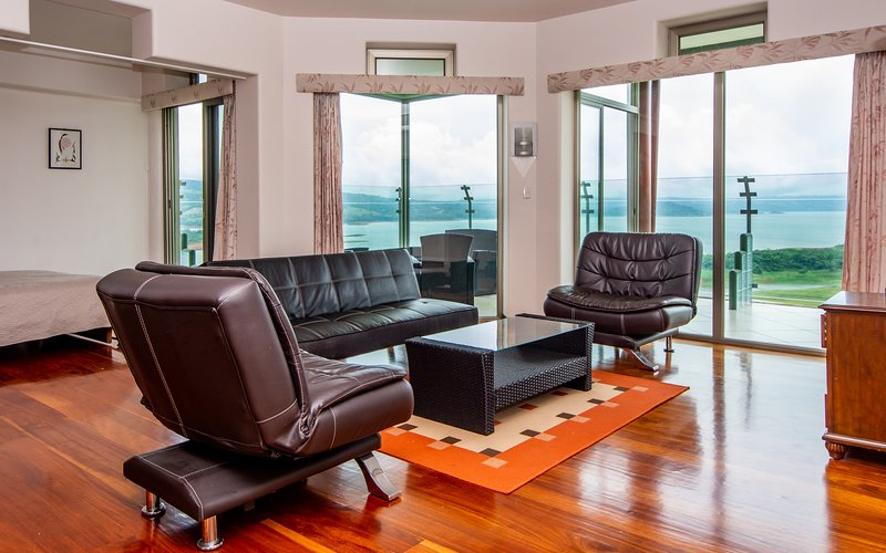 1B/1Den Condo Suite w/ Breathtaking Lake Views, alquiler de vacaciones en Tilarán