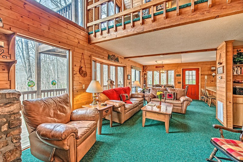 Days Mountain Retreat w/ Pool Access & Pool Table!, holiday rental in Deep Gap